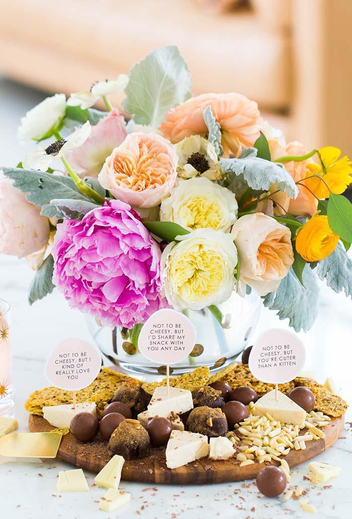 Snacks em uma tábua e plaquinhas com mensagens para o seu amor