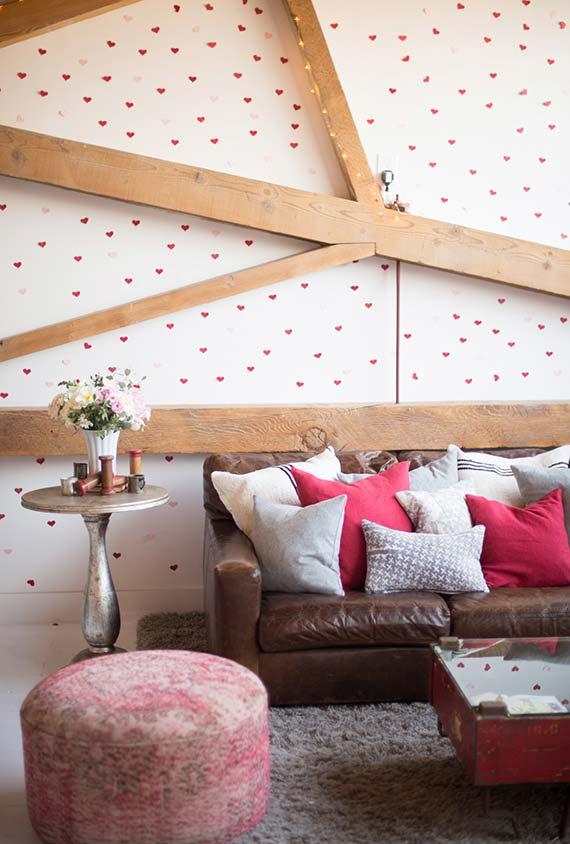 Uma sala cheia de amor! Adesive todas as suas paredes com coraçõezinhos rosa e vermelhos