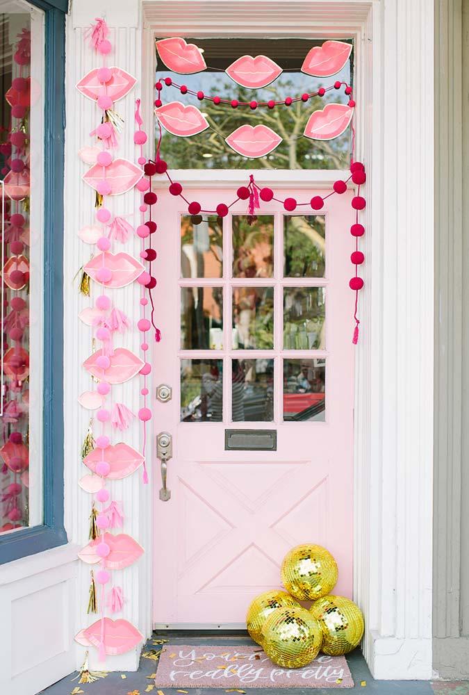 Garlands e balões cheios de amor desde a porta de entrada