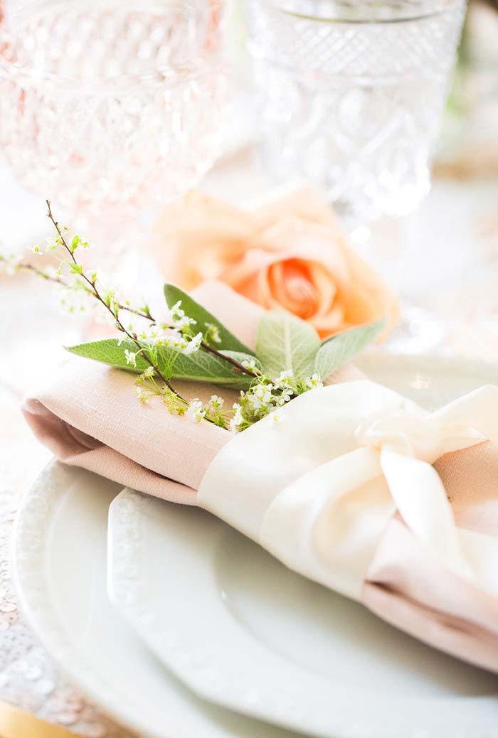 Decoração de mesa clássica, elegante e com um toque delicado de plantinhas