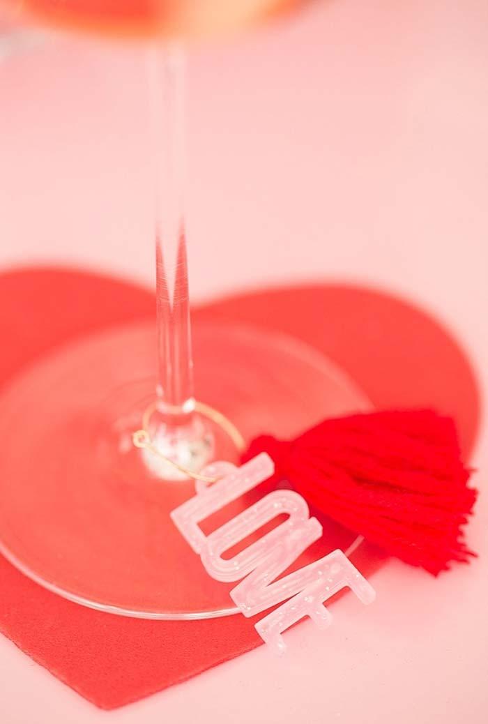 Tassel vermelho e plaquinha cheia de amor