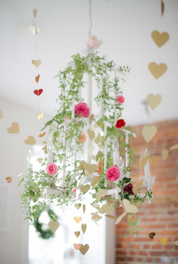 Decoração aérea para lustre com garlands de corações
