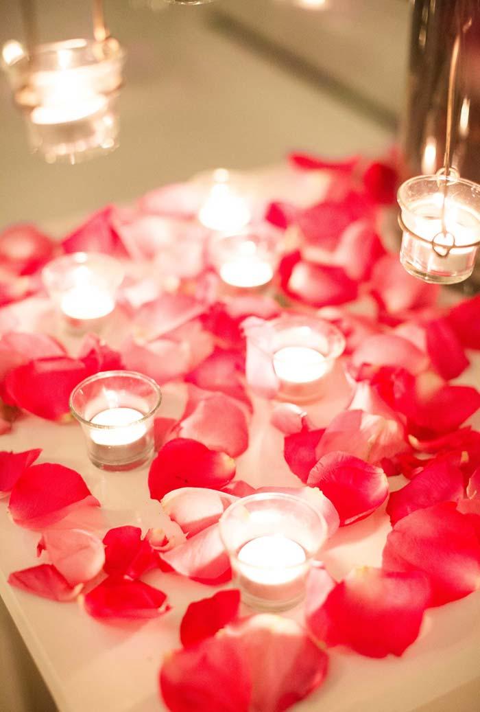 Decoração romântica clássica com luz de velinhas