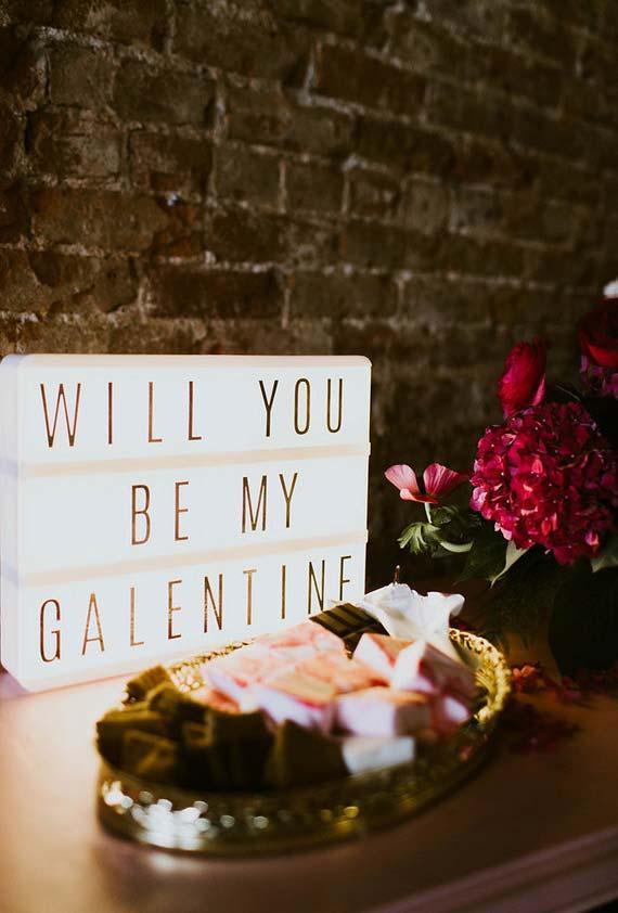 Plaquinha luminosa com mensagem incorporada no espírito do Dia dos Namorados
