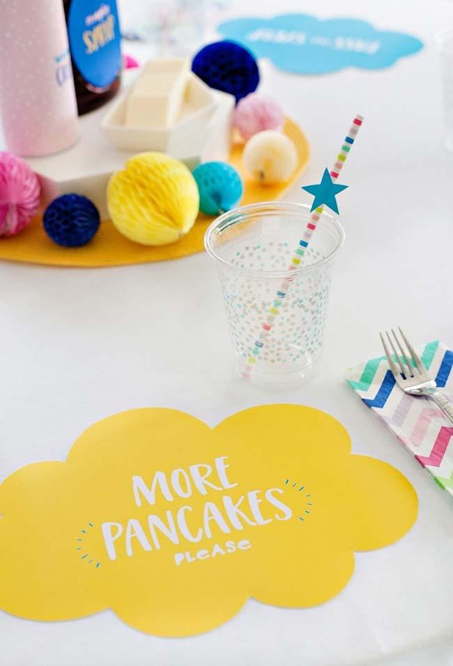 Invista em uma decoração colorida em todos os aspectos da festa do pijama