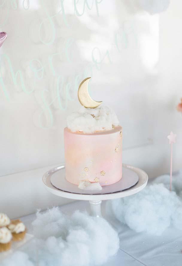 Festa do pijama numa temática sonho com um bolo lindo