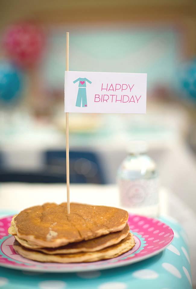 Pilha de panquecas vira o bolo perfeito de café da manhã