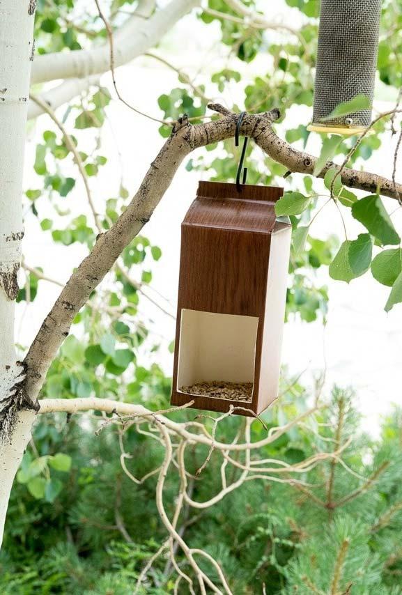 Artesanato com caixa de leite: comedouro para pássaros disfarçado