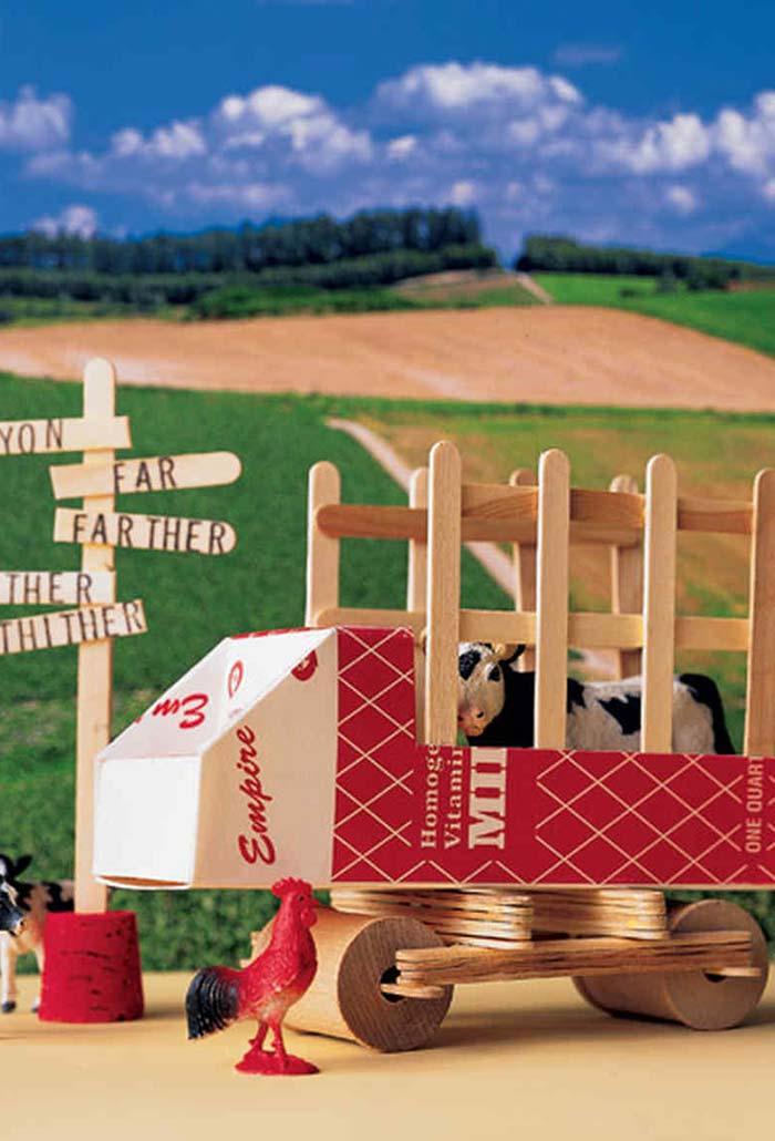 Um caminhão de transporte para vaquinhas da sua fazenda com caixas de leite