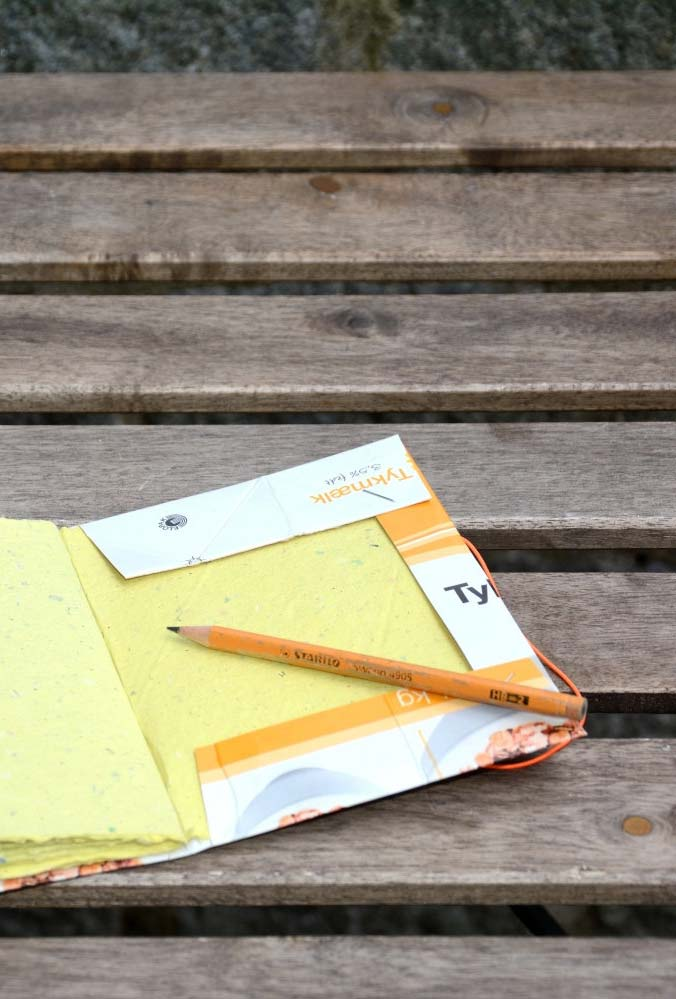 Capa de caderno com caixa de leite