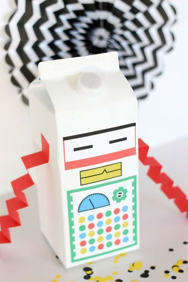 artesanato com caixa de leite que vira um robô todo quadrado e estiloso