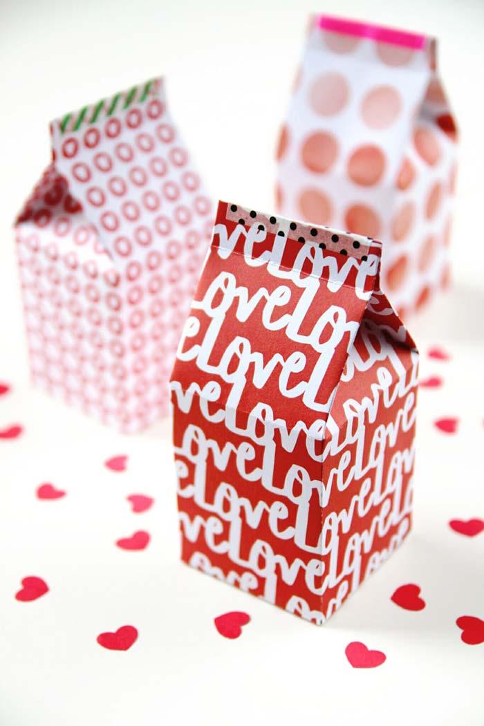 caixinhas vazias de leite cobertas com papel colorido como embalagens para lembrancinhas