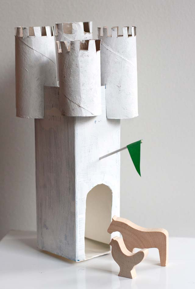 Artesanato com caixa e leite e rolo de papel-higiênico