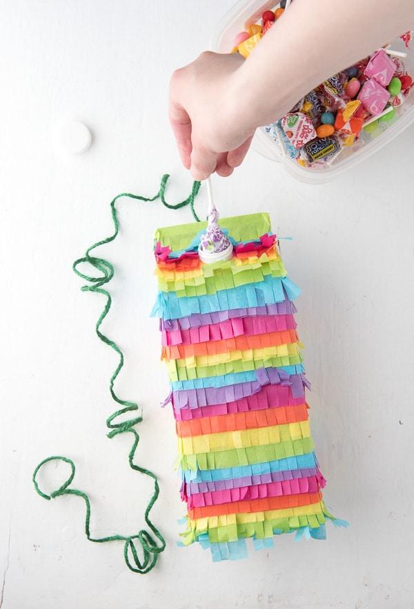 Uma piñata fácil e cheia de gostosuras para animar a sua festa com caixa de leite