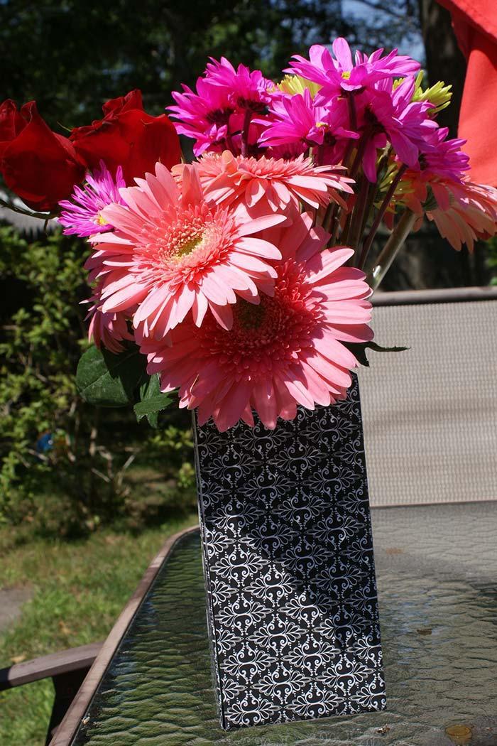 Caixa de leite com flores