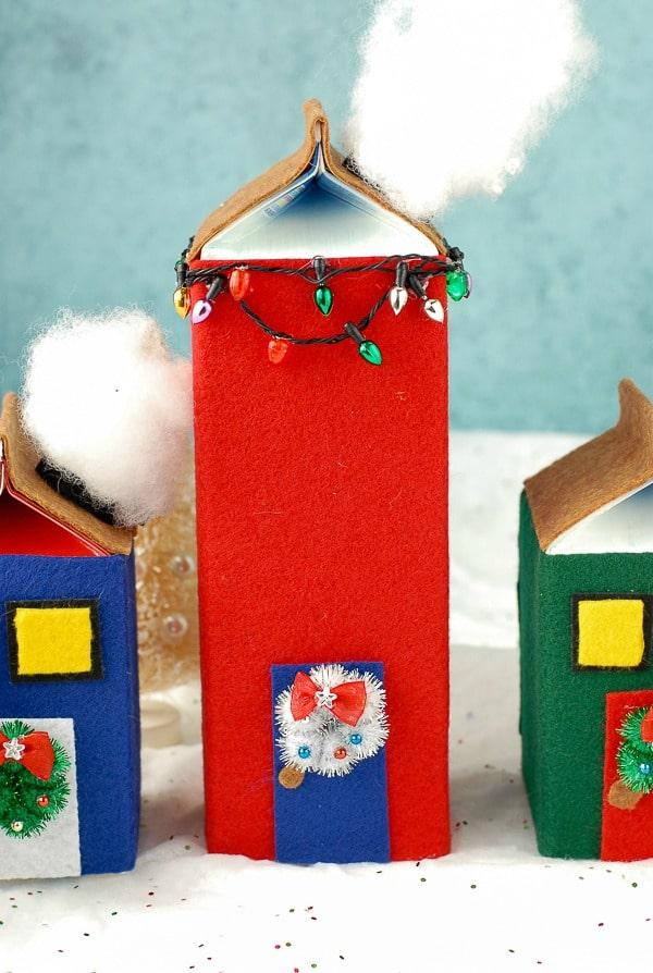 Vila natalina com caixas de leite