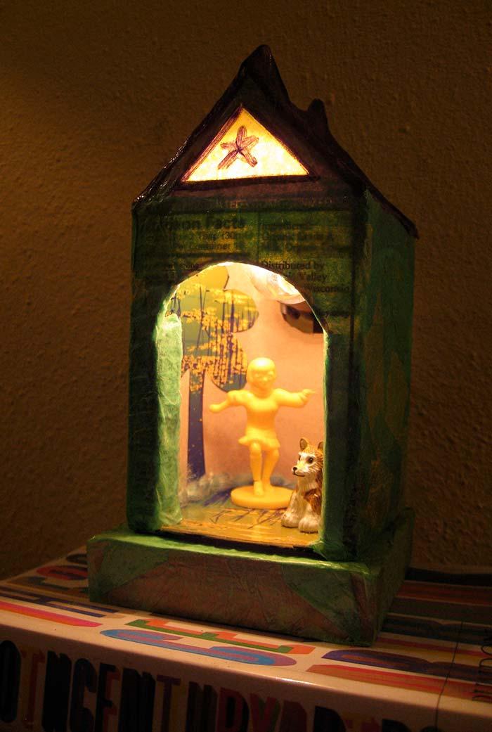 Casinha decorativa e muito bem iluminada com caixa de leite