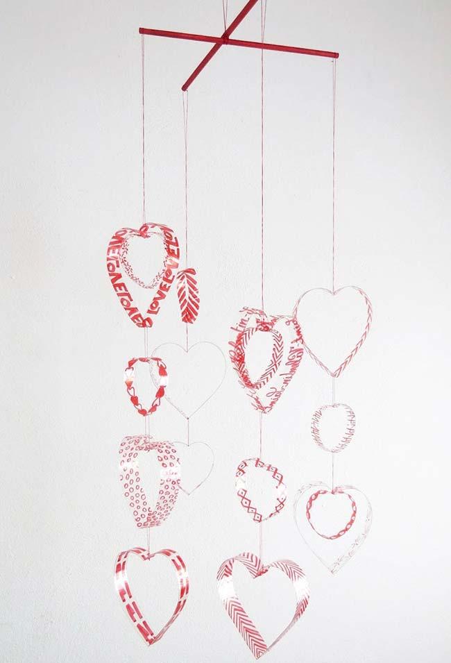 Artesanato com garrafa pet: móbile cheio de amor feito com recortes de plástico de garrafa pet