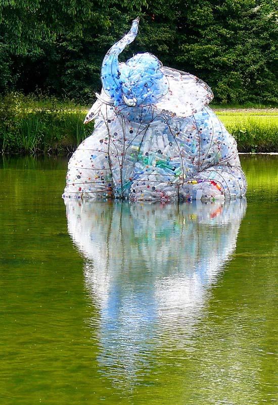 Uma escultura inteira só com artesanato de garrafa pet