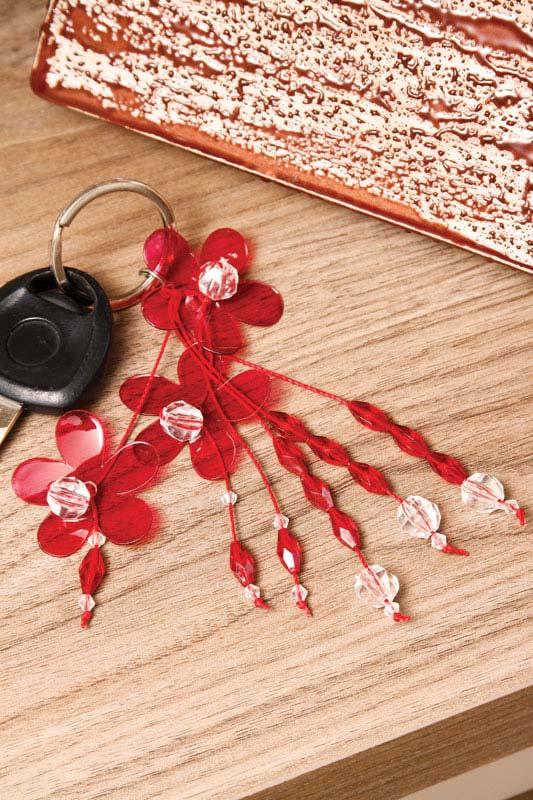 Chaveiro florido com garrafa pet e miçangas