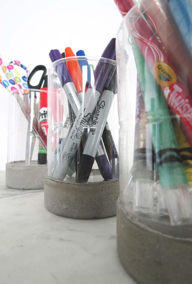 Porta-lápis e canetas com garrafa pet e concreto