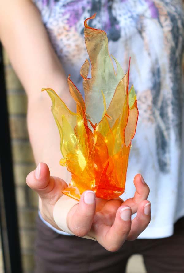 Chamas de fogo feitas com garrafas pet laranja para começar a utilizar seus poderes