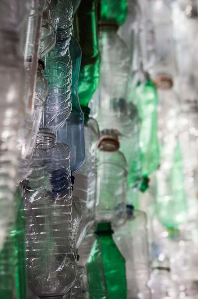 Artesanato com garrafa pet: misture tipos, tamanhos e cores de garrafas nos seus projetos