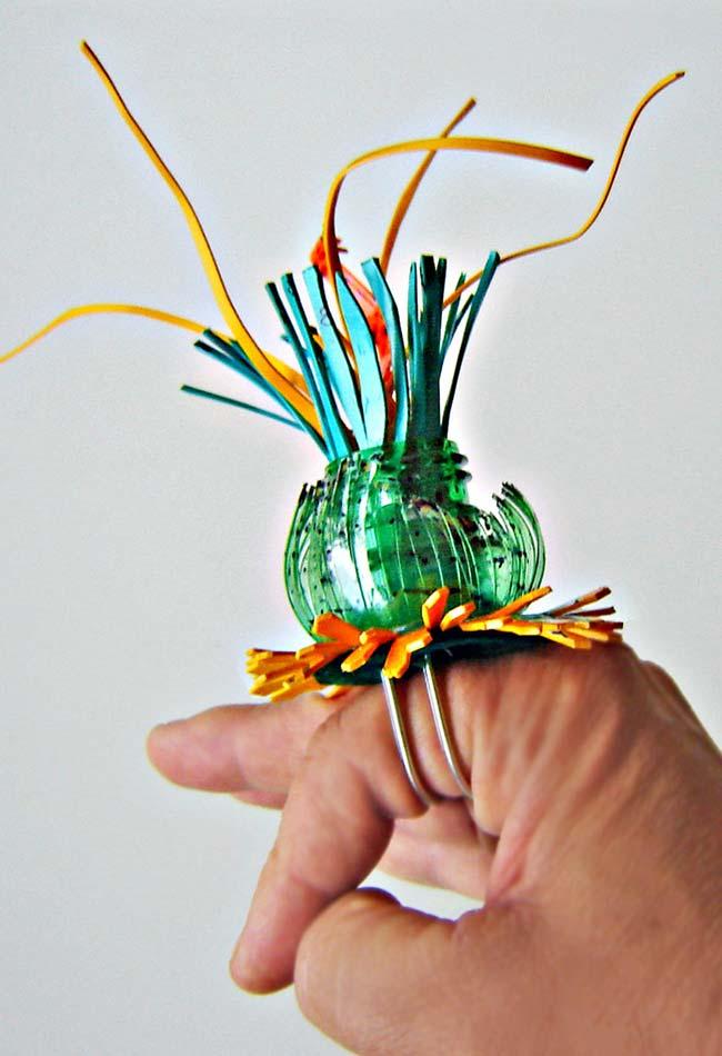 Um anel diferente e chamativo: artesanato em garrafa pet para chamar a atenção