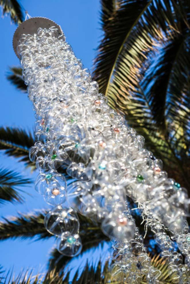 Água falsa: uma chuva forte artificial feita com garrafas pet na decoração exterior