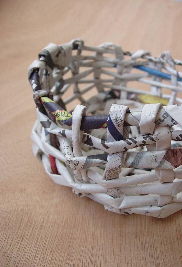 Artesanato com jornal: cesta simples para começar a trançar