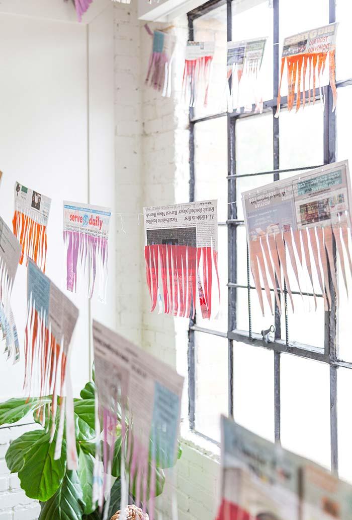 Ideia de bandeirinhas feitas de jornal para decorar suas festas dentro ou fora de casa