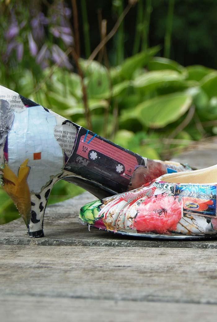 Artesanato com jornal: uma cobertura super diferente e descolada para os seus sapatos