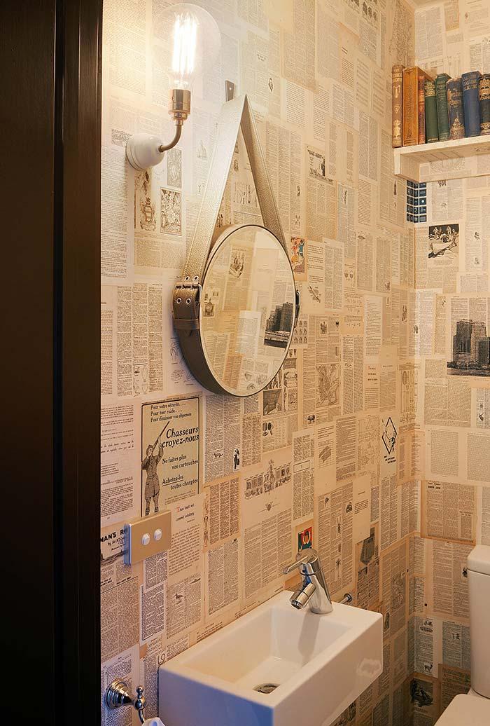 Decoração de banheiro com páginas de jornal