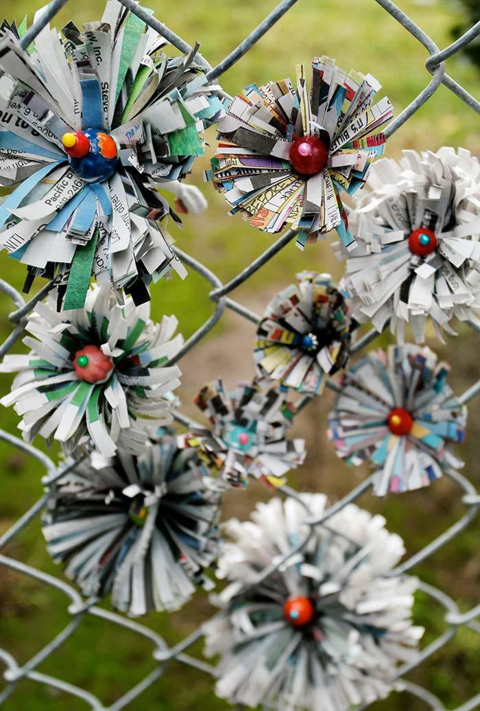 Artesanato com jornal: florzinhas criativas