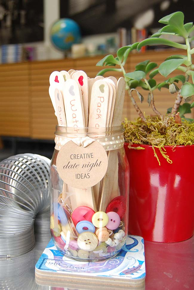 palitos de picolé como superfície para os seus convidados escreverem ideias de um encontro perfeito