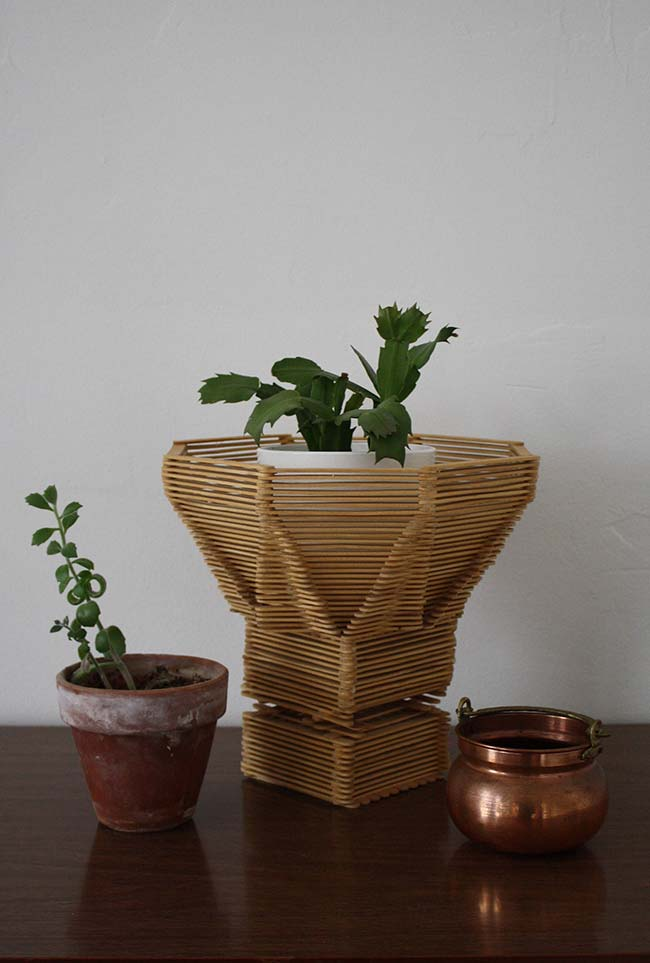 Artesanato com palito de picolé: outra ideia de cachepot para os seus vasinhos