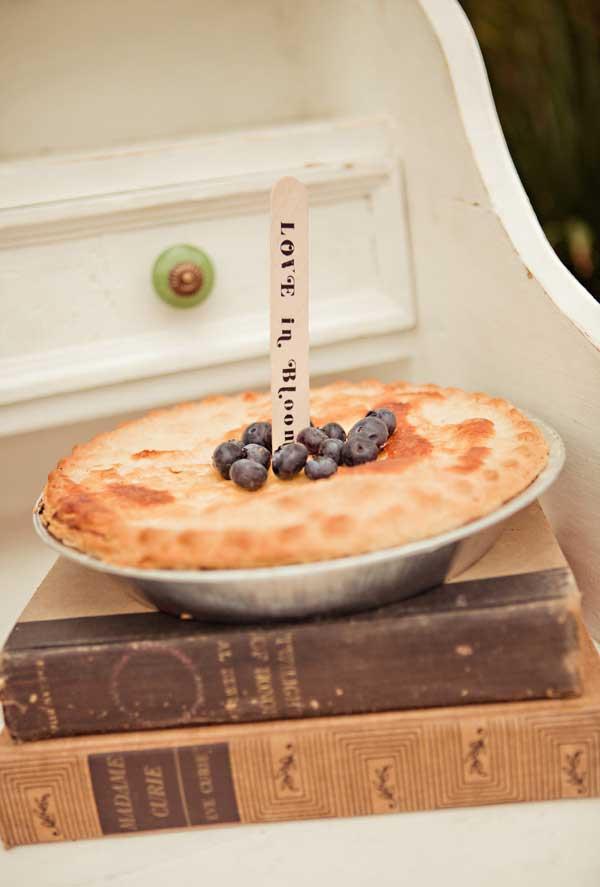 Um topper para bolos ou tortas: palito de picolé com mensagem entalhada ou pintada
