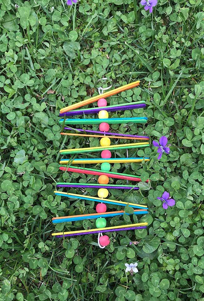 Decoração colorida com palitos de picolé