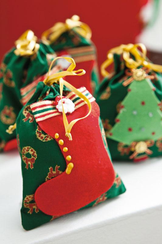 Adornos de feltro para personalizar ainda mais seus saquinhos de lembranças de Natal