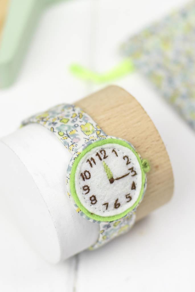 Relógio de mentirinha de artesanato em feltro