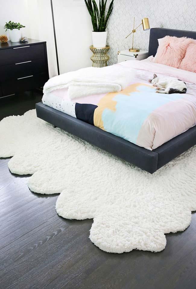 Tapete felpudo e cama japonesa no quarto
