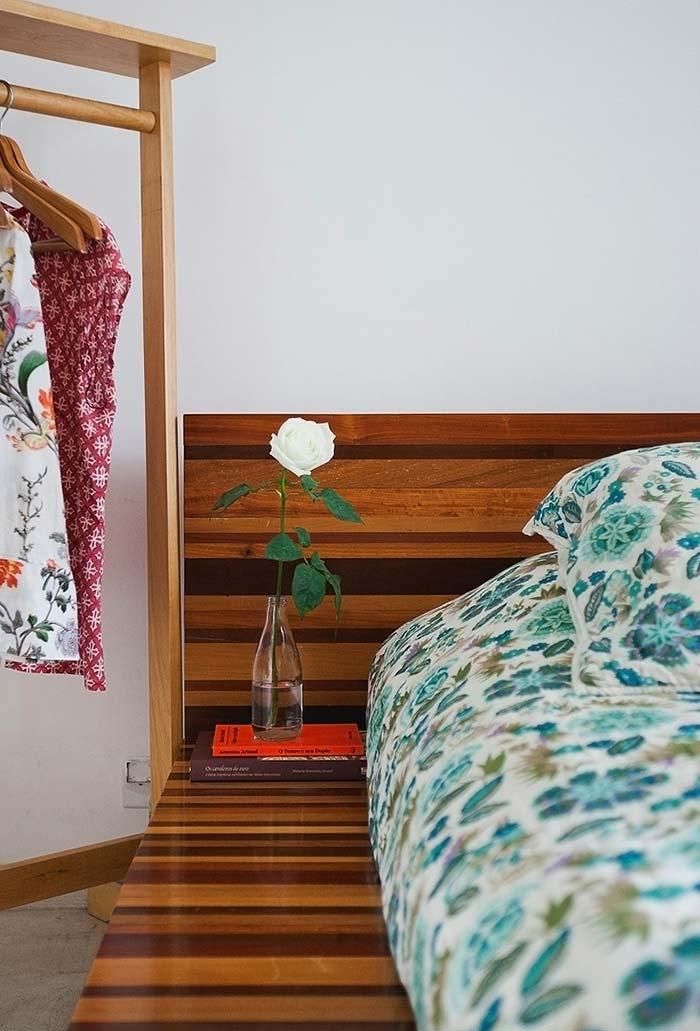 Sobras da cama com criado mudo