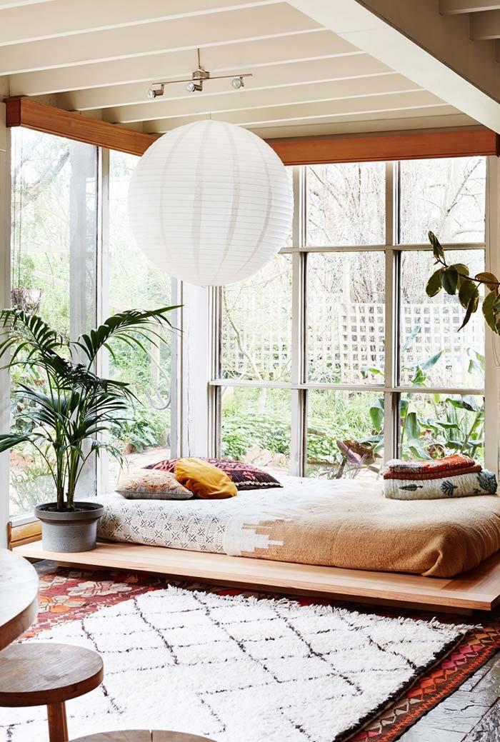 Destaque para iluminação natural no quarto com cama japonesa