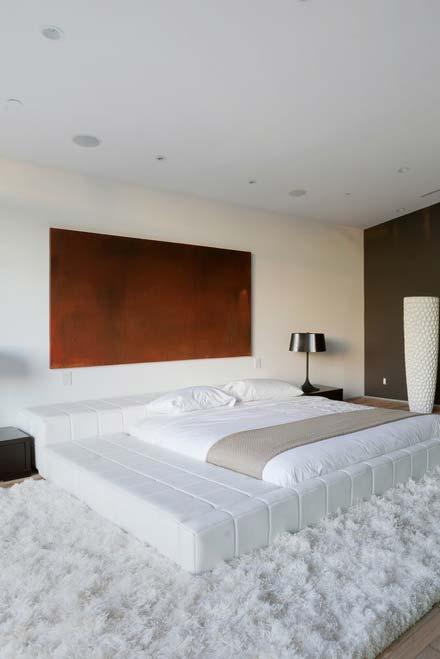 Além da cama, a estrutura acomoda em suas laterais um espaço que pode servir como sofá