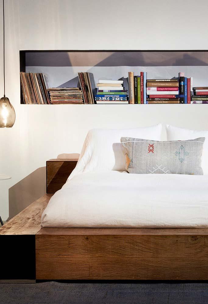 Quarto com luminária de teto e cama japonesa