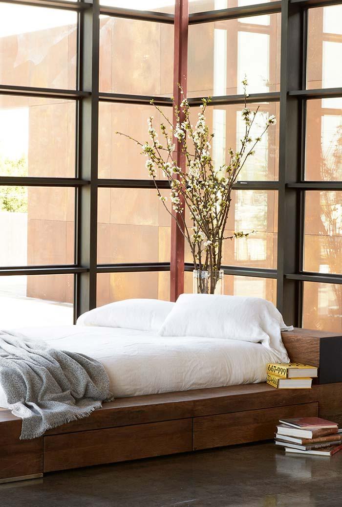 Muita luz, flores de cerejeira e cama baixa