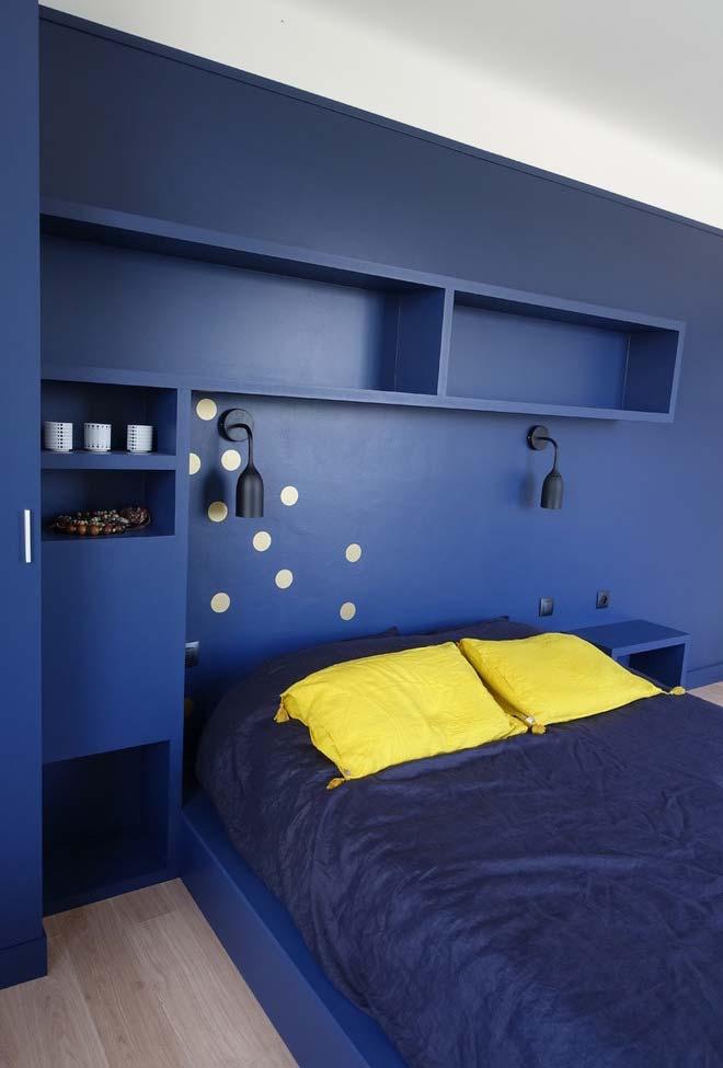 Cama japonesa é destaque no quarto azul