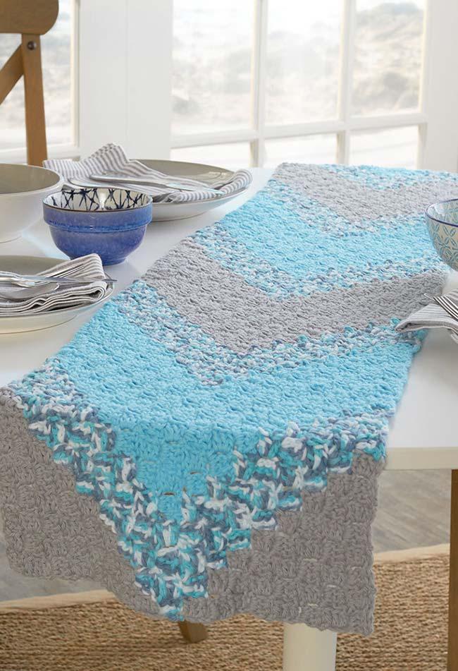 Caminho de mesa de crochê com pontos cheios em tons de azul e cinza