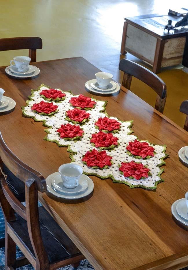 Caminho de mesa de crochê com flores tridimensionais