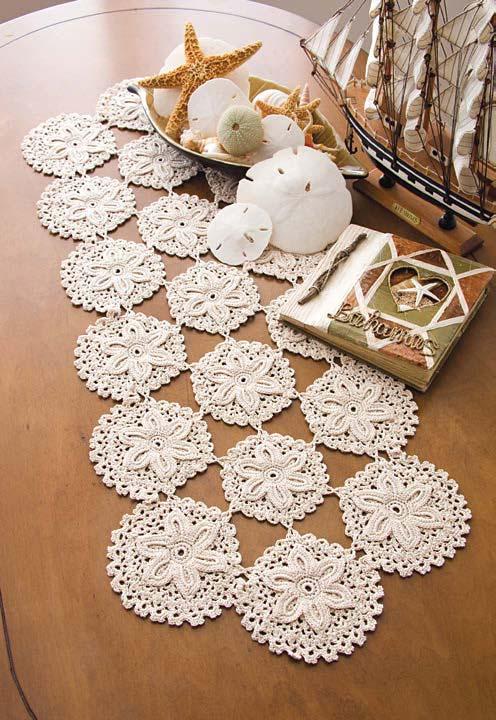 Caminho de mesa de crochê formado por círculos